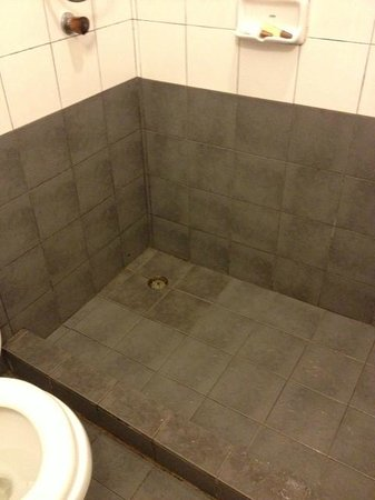 Woraburi Sukhumvit Hotel and Resort: Is this 3* hotel bathroom? Dirty and mouldy...