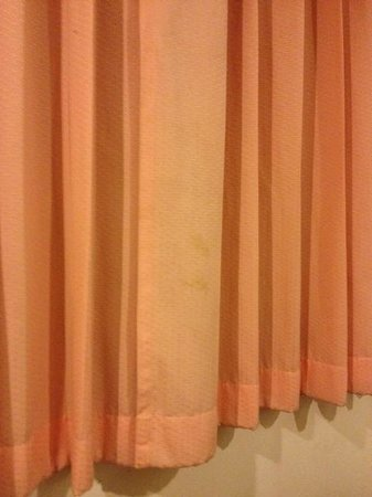 Woraburi Sukhumvit Hotel and Resort: It is not difficult to change dirty curtain...