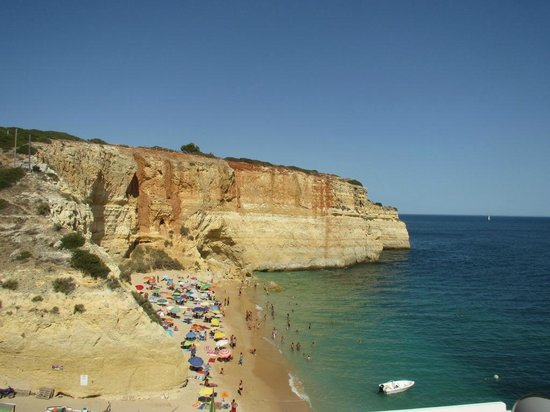 Praia de Benagil: charming beach in the bottom of an inclined hill