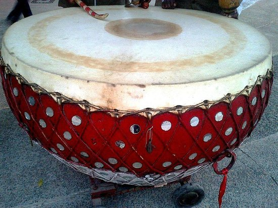 Noida, Indie: The large drum placed outside the gate