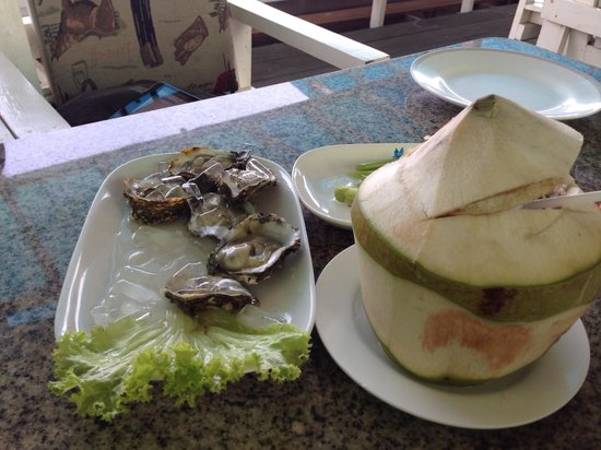 Meekaruna Seafood Restaurant: fresh oysters and young coconut