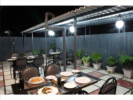 Hotel Rupam: Roof Top Restaurant