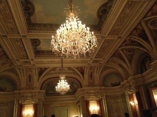 Victoria Jungfrau Grand Hotel & Spa: Chandelier in the Salle de Versailles