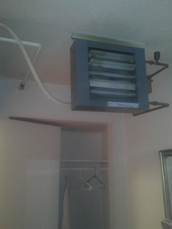 Arctic Inn Motel: completely outdated heating thats extremely loud
