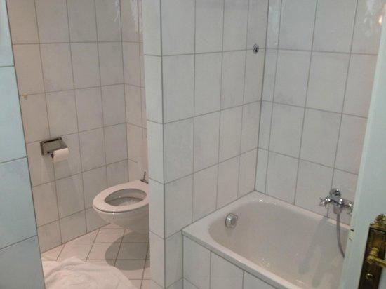 Victoria Jungfrau Grand Hotel & Spa: large bathroom