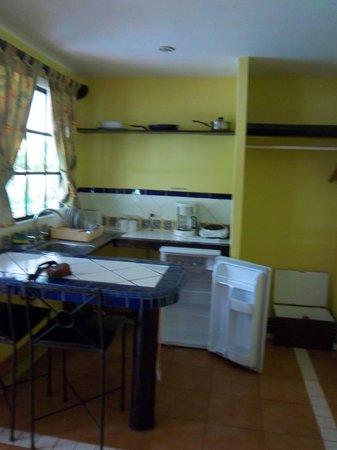 Hotel Verde Mar : Zona de cocina en la habitacion