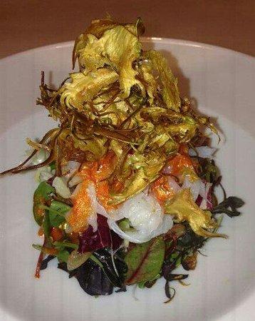 MILO GRILL: Ensalada de bacalao con vinagreta de piquillos y crujiente de alcachofa