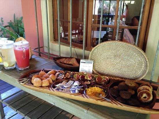 Lidiko Lodge : Delicious breakfast on the veranda.
