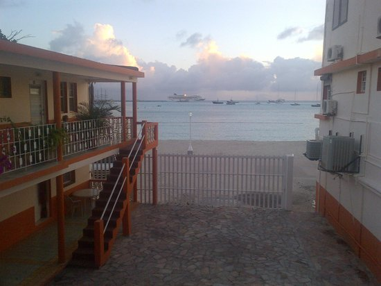 Sea View Beach Hotel: View out to the Boardwalk