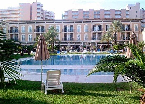Grupotel Playa de Palma Suites & Spa: Großer Pool, Im hinteren Bereich Eingang  Spa+Fitness