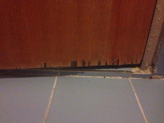 R.S. Hotel : Bathroom door