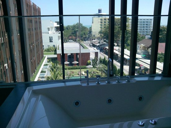 G Hua Hin Resort & Mall: 5th floor sea view suite; jacuzzi view from balcony