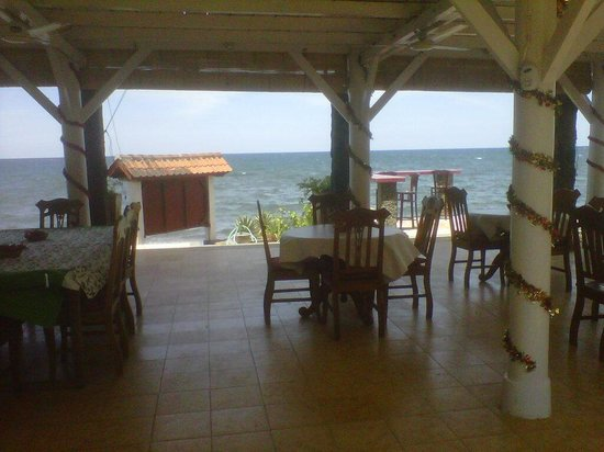 Villa Agung Beach Inn: Villa Agung seaside restaurant area
