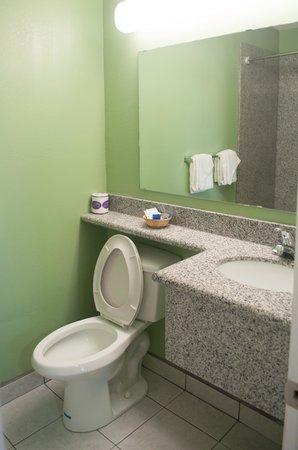 Deluxe Inn: bagno