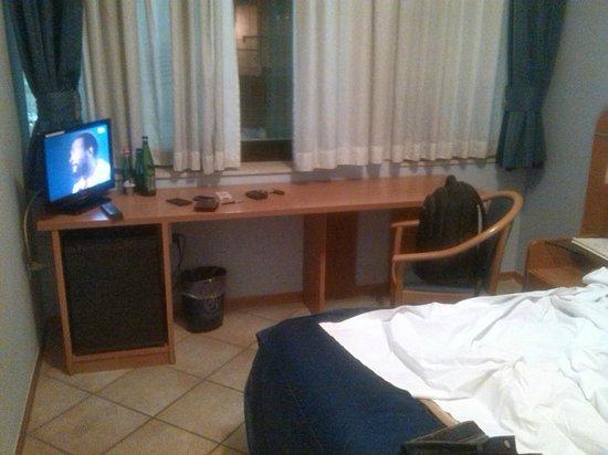 Millennium Gold Hotel: La scrivania di lavoro