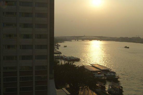 Ramada Plaza Bangkok Menam Riverside: Sonnenuntergang vom Hotelzimmer aus