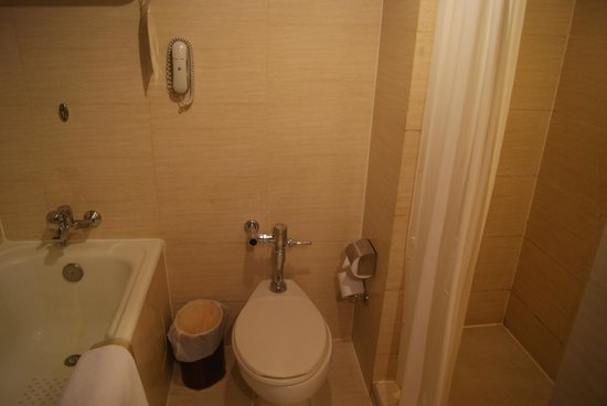 Ramada Plaza Bangkok Menam Riverside: Das Bad bei meinen Zimmer