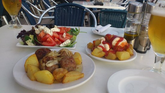 Playa de Sitges: Yummy tapas on the waterfront