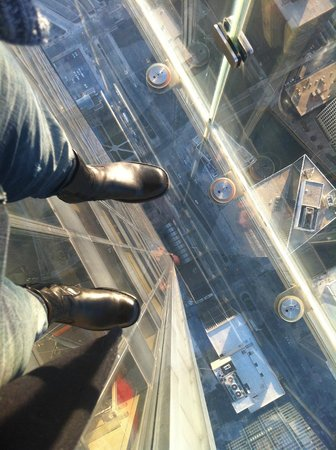 Skydeck Chicago - Willis Tower: Willis Tower ledge