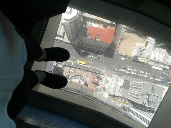 Sky Tower : Blick durch Glasboden