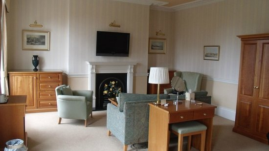 The Crescent Hotel : lounge area in bedroom