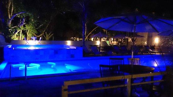 Pousada Aguas Claras Buzios : piscina a noite