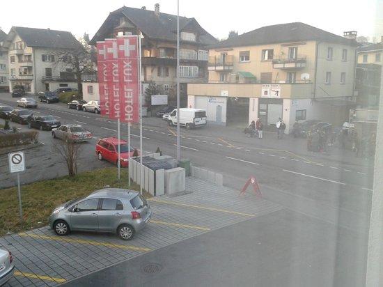 Hotel LUX: parcheggio e strada principale alle 5.30 p.m.