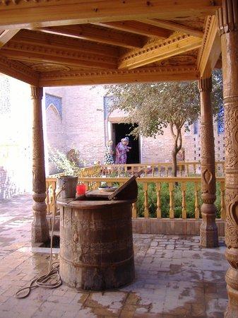 Pakhlavan Makhmud Mausoleum: il pozzo del mausoleo