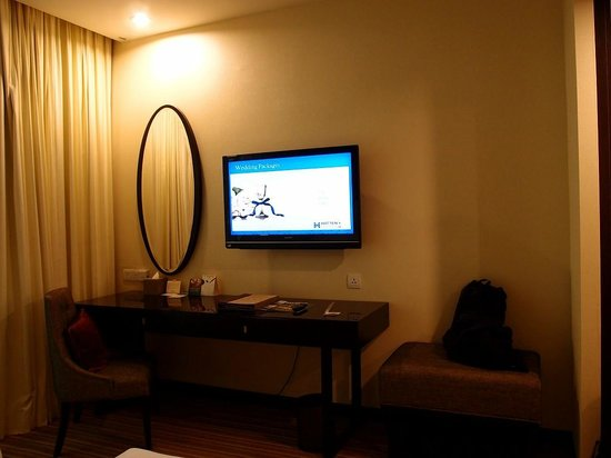 Hatten Hotel Melaka: Bed section Tv and Mirror
