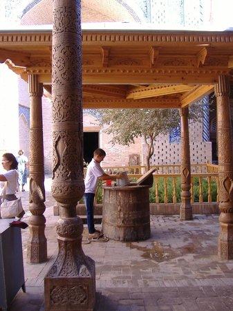 Pakhlavan Makhmud Mausoleum: il pozzo del mausoleo 2