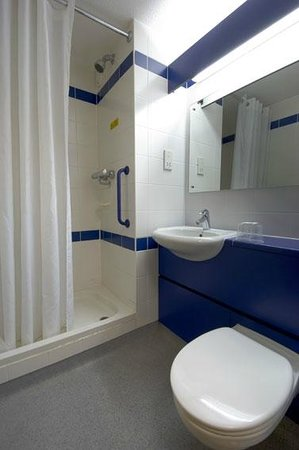 Travelodge Cardiff Central: Bathroom with shower