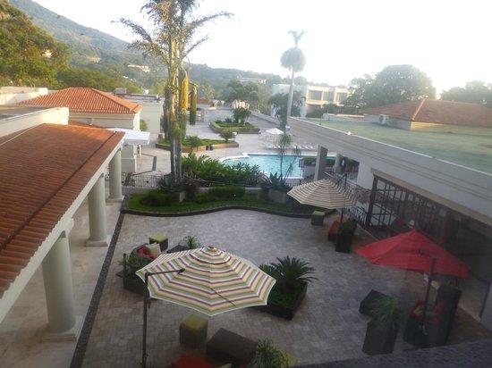 Crowne Plaza Hotel San Salvador: Vista piscina desde la habitación
