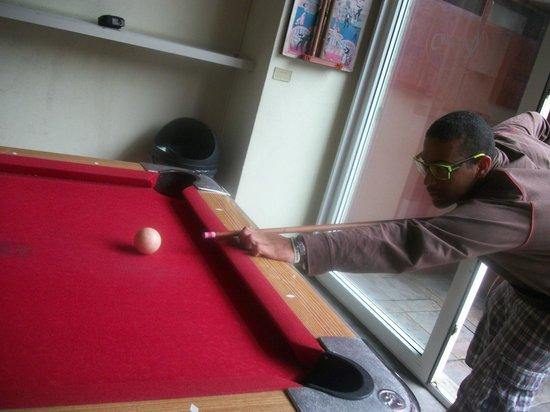 Circus Hostel & Hotel: jugando pool contra Chile XD