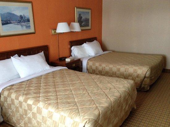 Canadas Best Value Inn & Suites Parry Sound : Room double Queen size beds