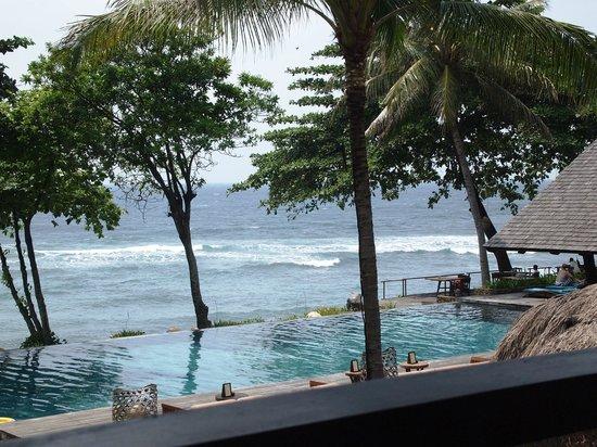 Jeeva Klui Resort : The pool and the sea beyond