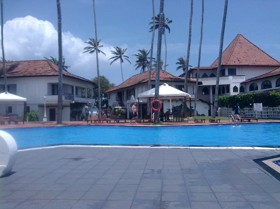 Dickwella Resort & Spa: бассейн и ресторан