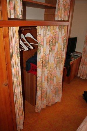 """Hotel Petersbuhel: """"Kleiderschrank"""" und Teppich"""