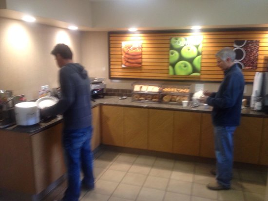 La Quinta Inn Costa Mesa Orange County: Breakfast is small but everyone loves self made waffles