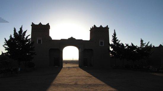 Kasbah Tizzarouine : El amanecer del desierto tras las puertas de la Kasbah