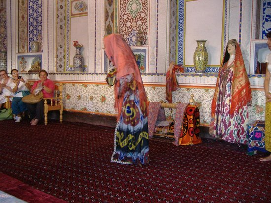 Fayzulla Khujayev House: abiti tradizionali femminili e culla