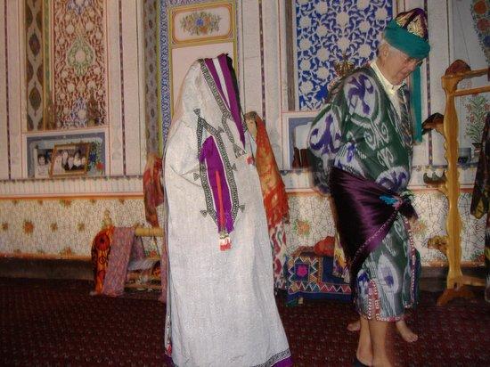 Fayzulla Khujayev House: soprabito femminile per uscire e abito maschile