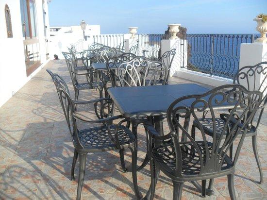 Hotel Villaggio Stromboli: Outside seating/eating area