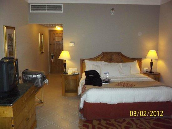 The Bayview Taba Heights Resort : кровать  и номер