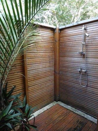 Au jardin des colibris : case créole, la douche de plein air