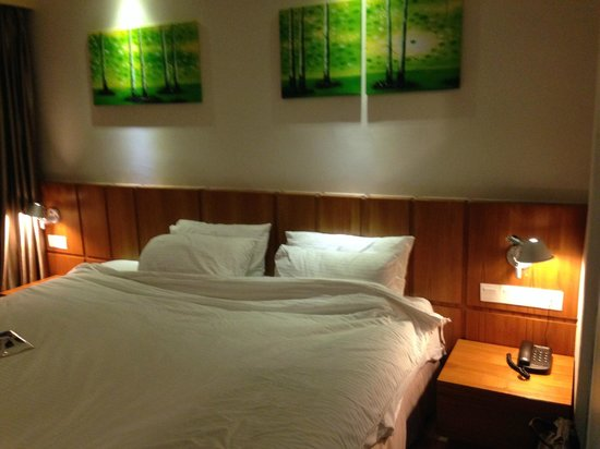 Ipoh French Hotel: Deluxe Extra King Bed (7 ft)