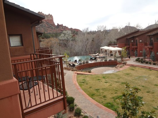 Kimpton Amara Resort & Spa : View from balcony facing infinity pool and red rocks beyond