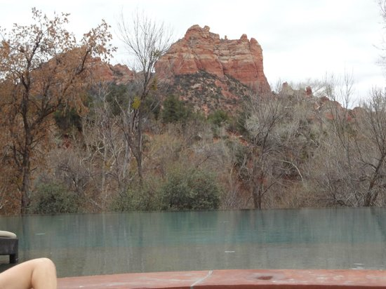 Amara Resort & Spa, a Kimpton Hotel: View of red rocks from inside hot tub overlooking infinity pool