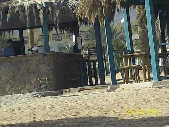 The Bay View Resort Taba Heights : бар на пляже