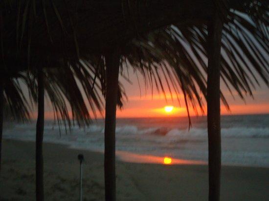 Hotel Puerto Palos: La vista del atardecer desde la playa frente al hotel