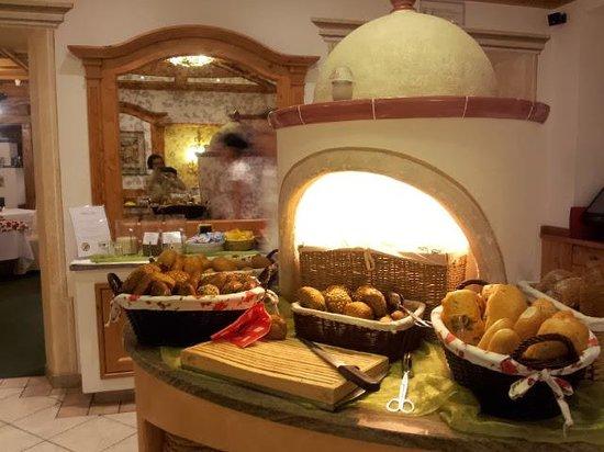 Alpin Panorama Hotel Hubertus: Buffet colazione